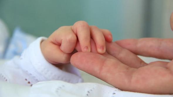 6219handinhand.motherandnewborndaughterinmaternityhospital_1[1]